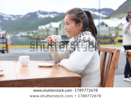 Mulher potável café calçada café Islândia Foto stock © Maridav