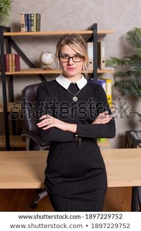 Bella giovane ragazza tavola ufficio rosa marcatore Foto d'archivio © Traimak