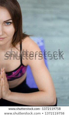 S'adapter fille séance posent Lotus Photo stock © pressmaster