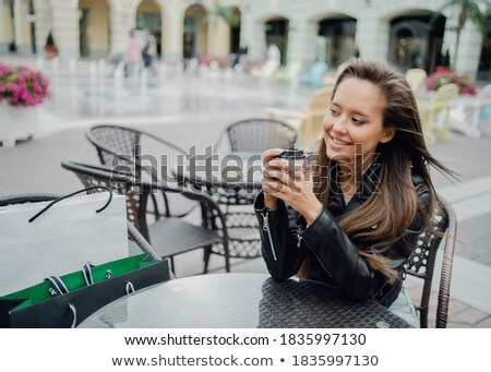 Młoda dziewczyna posiedzenia tabeli strony Zdjęcia stock © Traimak