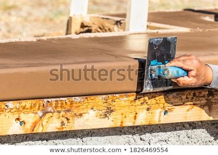 Pracownik budowlany ze stali nierdzewnej mokro cementu około nowego Zdjęcia stock © feverpitch