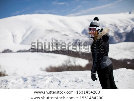 Jeune femme montagne pente ski costume jour Photo stock © boggy