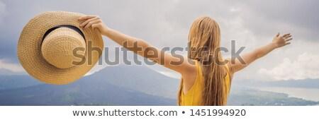 Mulher viajante olhando vulcão Indonésia bandeira Foto stock © galitskaya