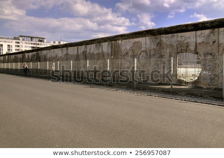 berlini · fal · széles · látószögű · kilátás · fém · megkönnyebbülés · évek - stock fotó © eldadcarin