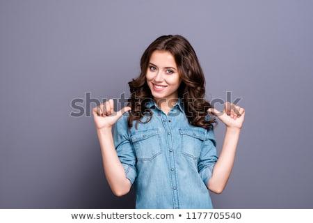 mujer · senalando · manos · sonriendo · jóvenes · marco - foto stock © kyolshin