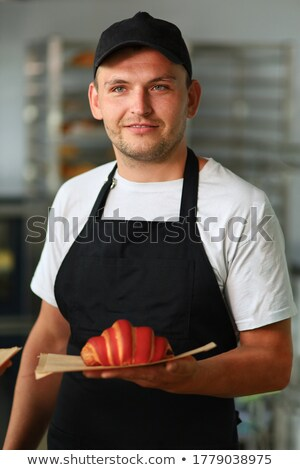 Knap bebaarde man barista croissants coffeeshop Stockfoto © deandrobot