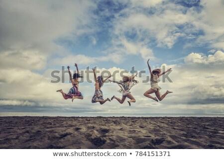 Сток-фото: четыре · человека · сидят · пляж · небе · песок · свободу