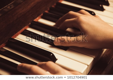 Enfant main touches de piano jouer clavier Photo stock © kenishirotie