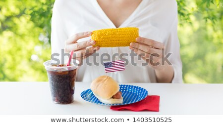 Stockfoto: Vrouw · eten · mais · hot · dog · cola · amerikaanse