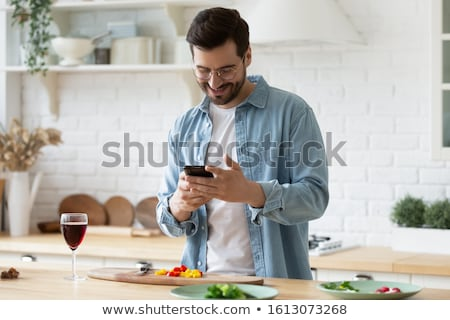 bu · homme · smartphone · alcool · maison · alcoolisme - photo stock © dolgachov