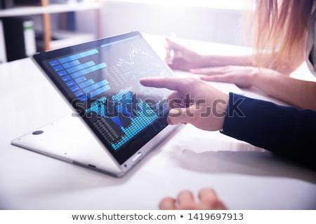Kéz mutat oszlopdiagram laptop közelkép képernyő Stock fotó © AndreyPopov