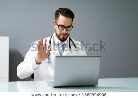 hombre · vídeo · chat · médico · portátil · casa - foto stock © dolgachov