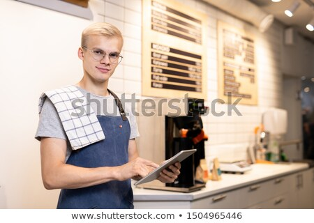 Jeunes propriétaire cafétéria touchpad regarder Photo stock © pressmaster
