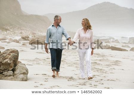 Ver caucasiano casal caminhada praia Foto stock © wavebreak_media