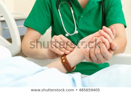 arts · senior · vrouw · pols · ziekenhuis · geneeskunde - stockfoto © hasloo