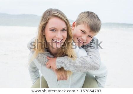 Anya hordoz fiú háton kint nő Stock fotó © IS2