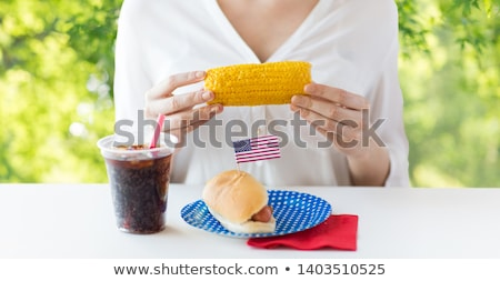 Vrouw eten mais hot dog cola amerikaanse Stockfoto © dolgachov