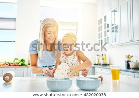 mutlu · anne · kız · cam · çanak · mutfak - stok fotoğraf © andreypopov