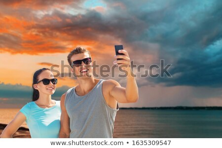 Pár sportok ruházat okostelefonok tengerpart fitnessz Stock fotó © dolgachov