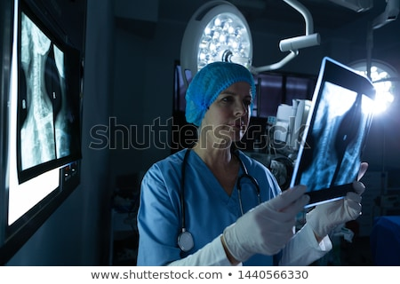 Seitenansicht nachdenklich weiblichen Chirurg stehen Stock foto © wavebreak_media