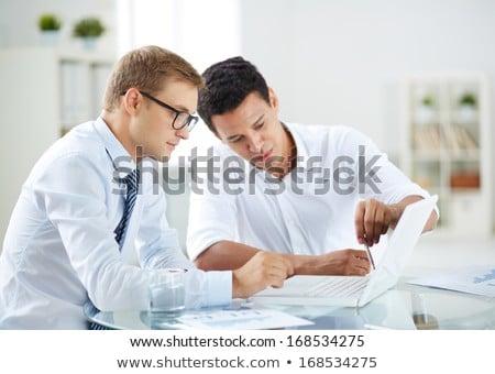 due · giovani · imprenditori · qualcosa · bianco - foto d'archivio © feedough