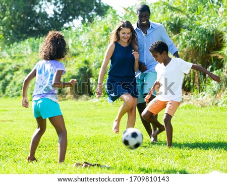 Familia ninos fútbol pradera dos pequeño Foto stock © Kzenon