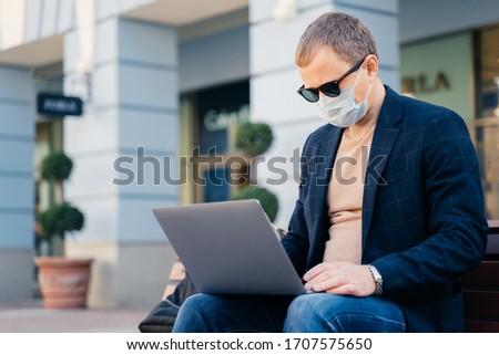 концентрированный бизнесмен Открытый автобус станция портативного компьютера Сток-фото © vkstudio
