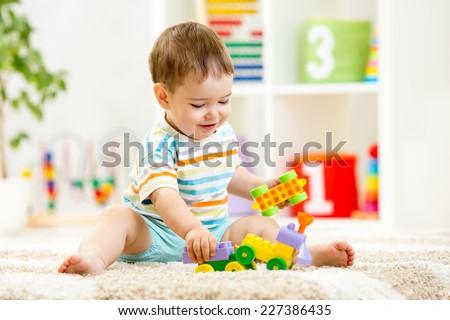 weinig · jongen · spelen · blokken · vergadering · kleurrijk - stockfoto © ruslanshramko