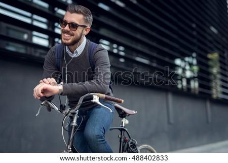 Elegáns férfi napszemüveg lovaglás bicikli figyelmeztetés Stock fotó © vlad_star