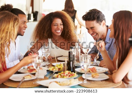 Foto stock: Femenino · amigos · comer · restaurante · de · comida · personas · restaurante