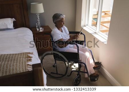 Zijaanzicht gehandicapten senior afro-amerikaanse vrouw digitale Stockfoto © wavebreak_media