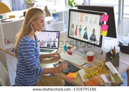 Widok z boku młodych kobiet moda projektant Zdjęcia stock © wavebreak_media