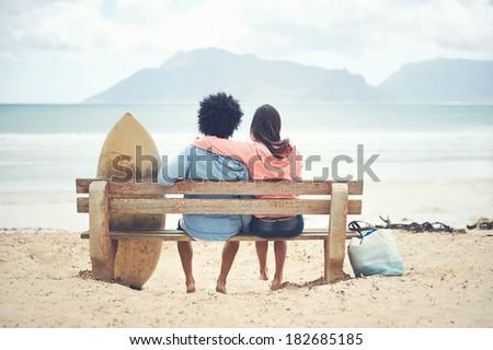 Pár tart szörfdeszkák néz óceán tengerpart Stock fotó © wavebreak_media