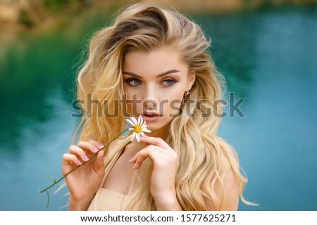 jonge · gekruld · blonde · vrouw · mooie · natuurlijke · lang - stockfoto © neonshot