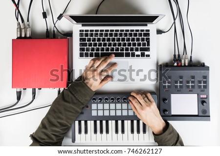 férfi · kéz · lemez · ázsiai · fiatal · felnőtt · visel - stock fotó © ra2studio
