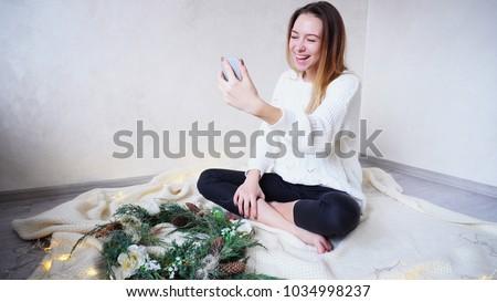 Portré gyönyörű mosolygó nő integet kéz elvesz Stock fotó © deandrobot