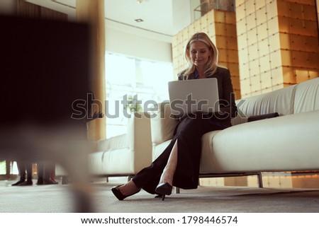 tükröződő · figyelmes · üzletasszony · sok · lehetőségek · nő - stock fotó © photography33
