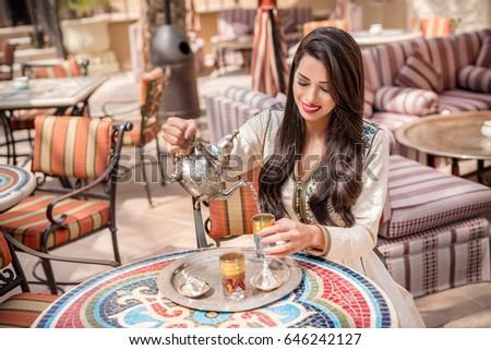 中東 · 女性 · 座って · 公園 · 幸せ · 肖像 - ストックフォト © monkey_business