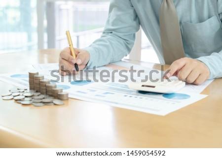 Empresário calculadora moedas mesa de escritório muitos Foto stock © Freedomz