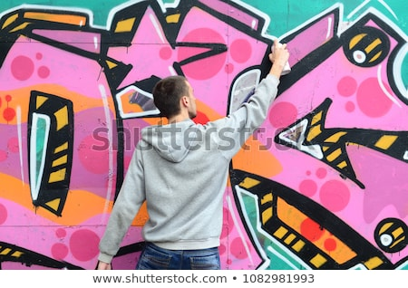 Graffiti artysty ściany czarny ubrania człowiek Zdjęcia stock © stevanovicigor