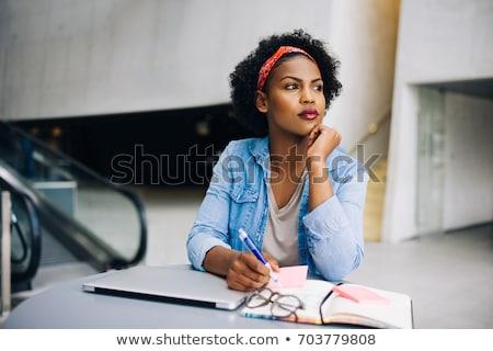 figyelmes · nő · tart · jegyzettömb · toll · fából · készült - stock fotó © deandrobot