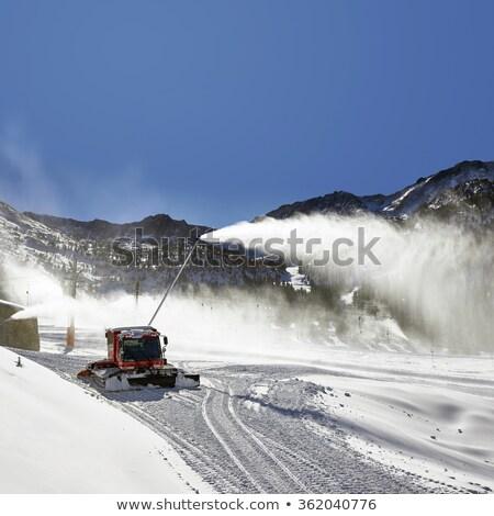 vermelho · neve · montanha · preparação · esquiar · recorrer - foto stock © dawesign