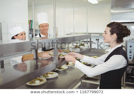 Chef alimentaire plat serveuse ordre gare Photo stock © wavebreak_media