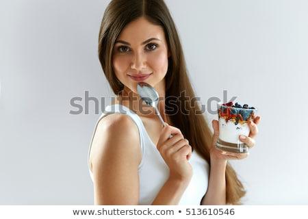 Mujer comer frescos BlackBerry retrato mujer hermosa Foto stock © LightFieldStudios