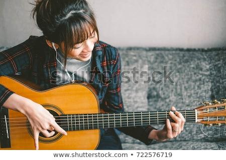 美しい · 若い女性 · 座って · ソファ · 演奏 · ギター - ストックフォト © 2Design