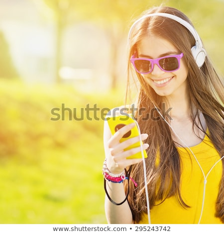 Bela mulher ao ar livre escuta música negócio Foto stock © 2Design
