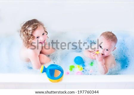 Kız oynamak ördek oyuncak gülümseme Stok fotoğraf © balasoiu