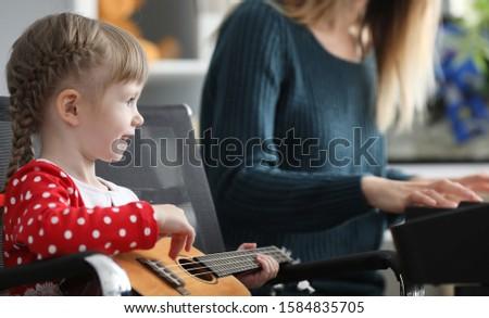 девочку · увеличительное · стекло · мира · стороны · ребенка · земле - Сток-фото © photography33