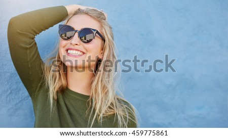 Bela mulher sorridente isolado preto Foto stock © alexandrenunes