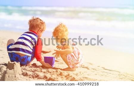 Fiú játszik tengerpart fehér tenger mosoly Stock fotó © fanfo